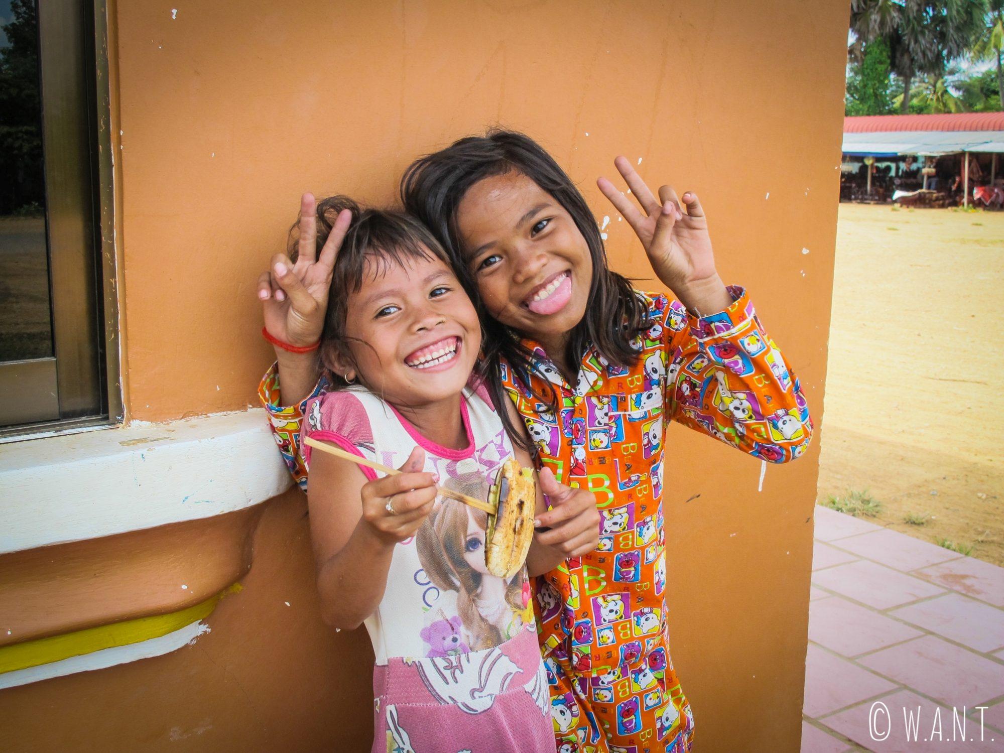 Ces fillettes nous font goûter à la banane grillée à Kampi