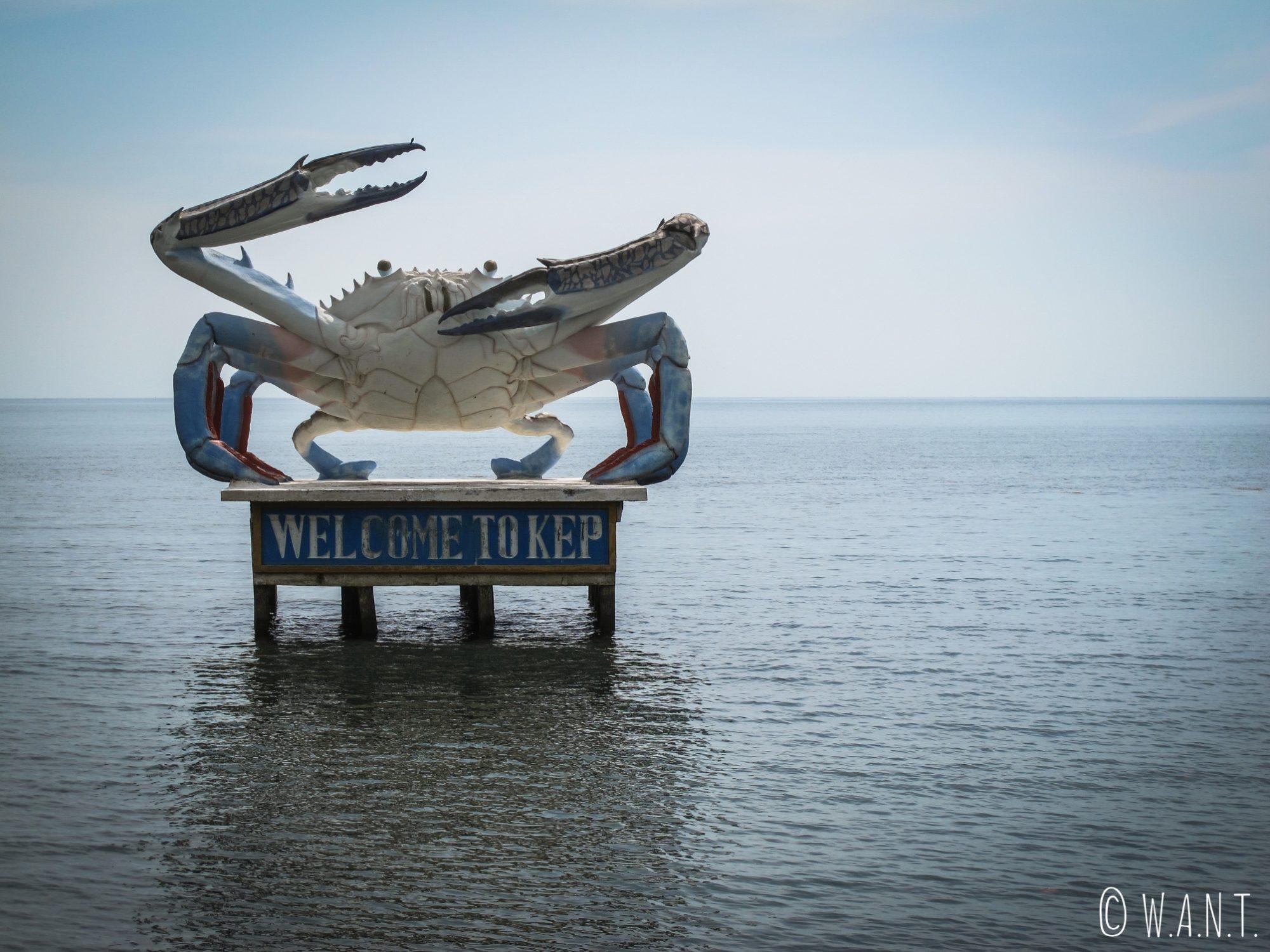 Cette statue de crabe géant posée au milieu de la mer est l'emblème de la ville de Kep
