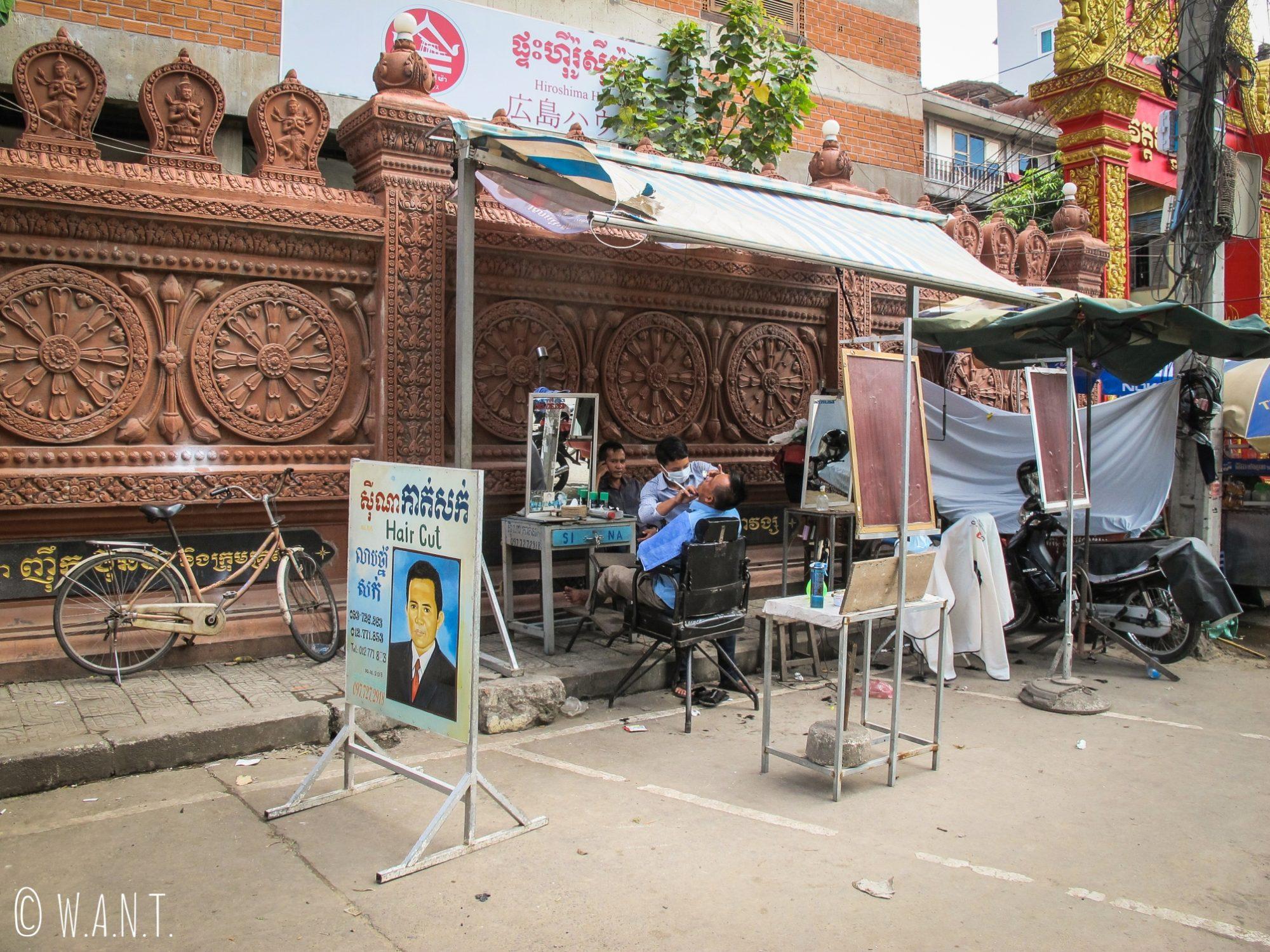 Coiffeur dans la rue à Phnom Penh