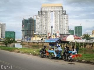 Contraste frappant entre les rives de Phnom Penh et de Diamond Island