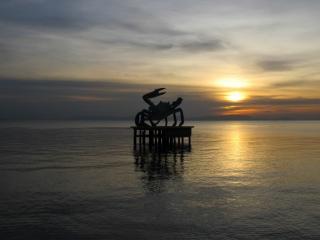 Coucher de soleil sur le crabe emblématique de Kep