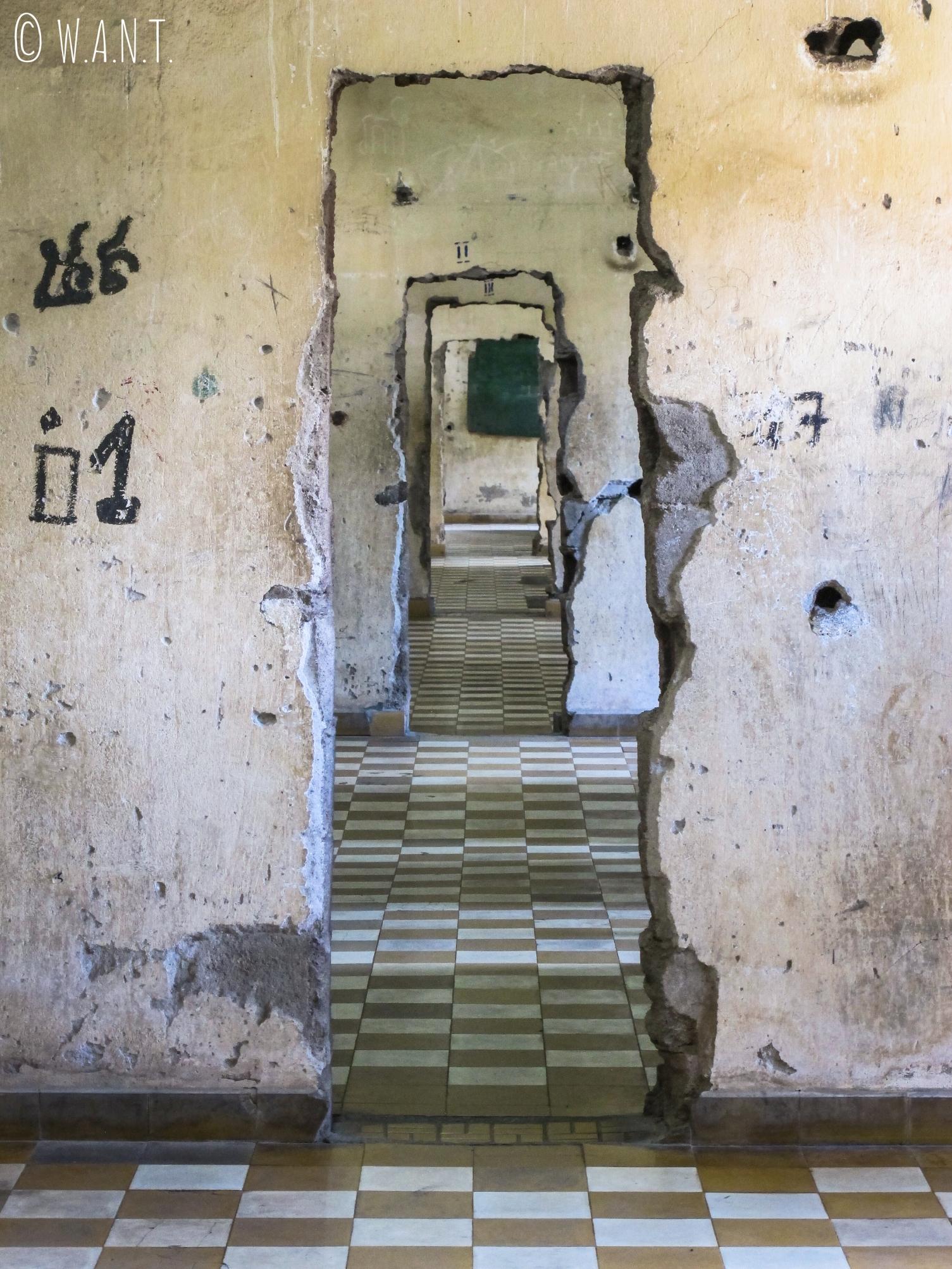 Couloir pour surveiller les cellules de la prison S-21 à Phnom Penh