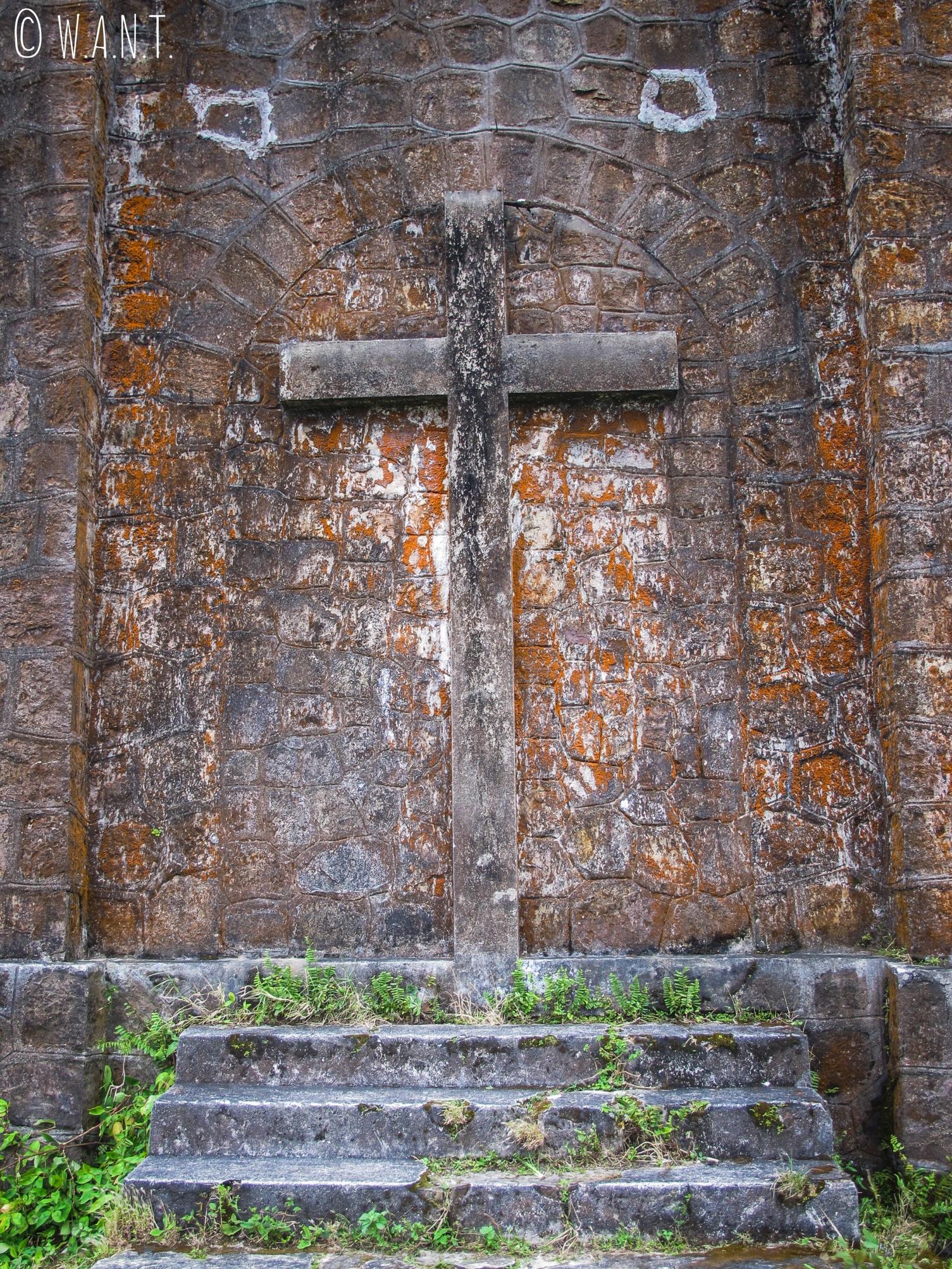 Croix de l'église abandonnée à Bokor Hill Station, dans le Parc national de Bokor
