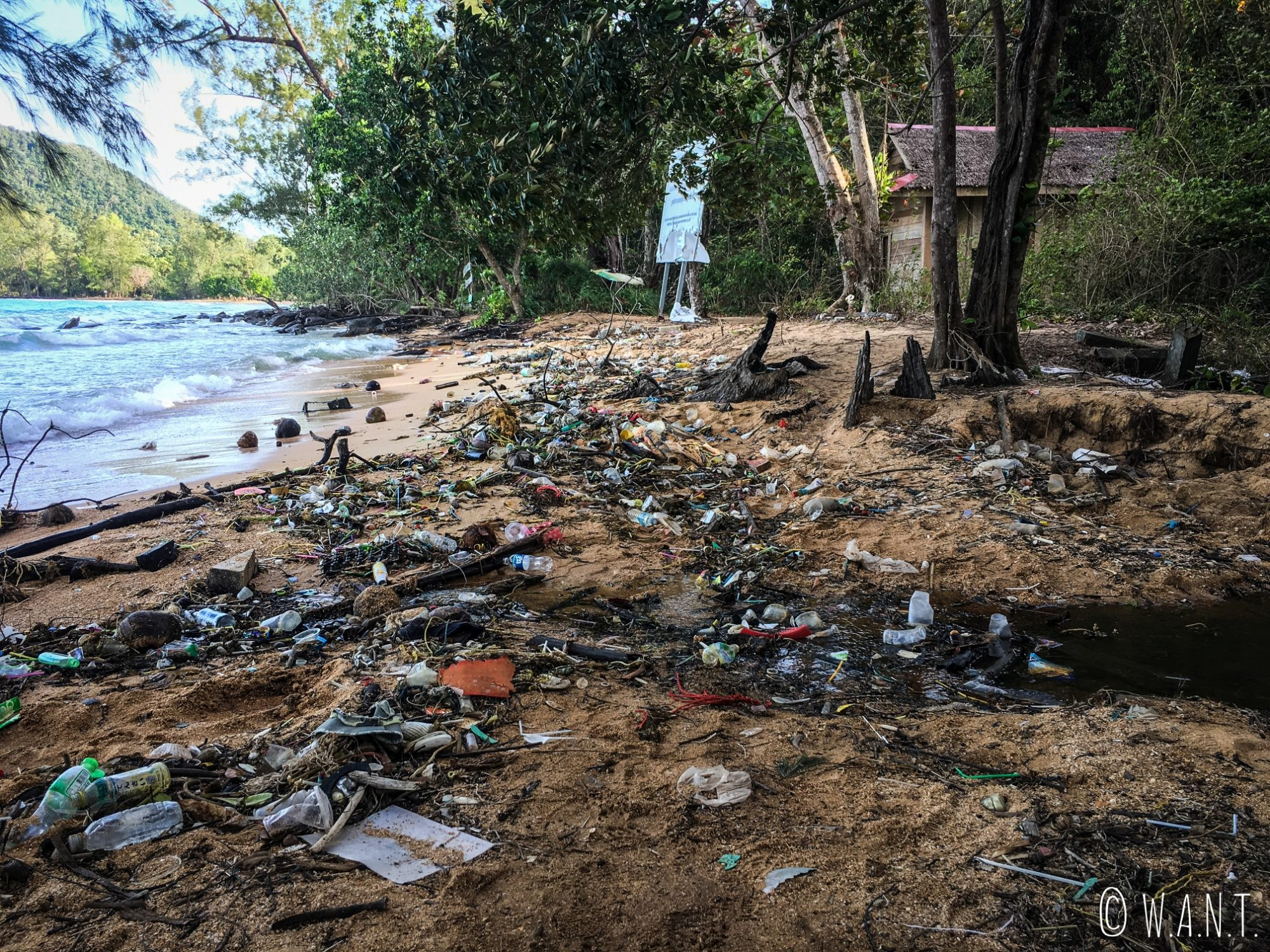 Déchets sur la plage proche de M'Pai Bay à Koh Rong Sanloem