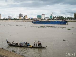 Deux styles d'embarcations se côtoient sur le Mékong à Phnom Penh
