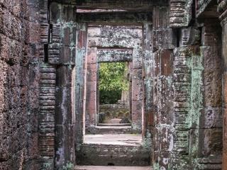 Enchaînement de portes au temple Banteay Kdei d'Angkor