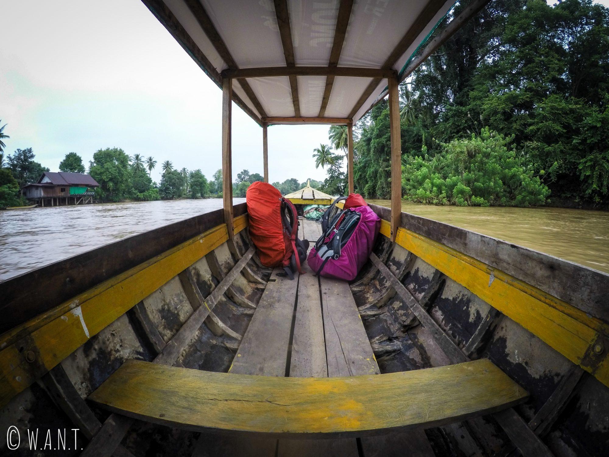 Ferry nous conduisant de Don Khon à Nakasong dans les 4,000 îles