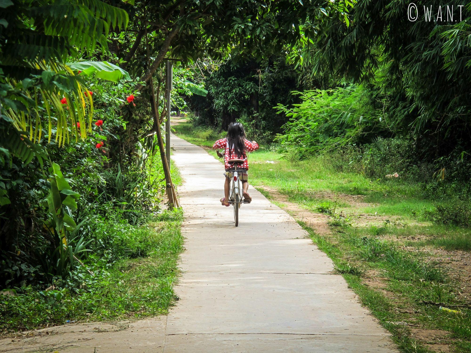 Fillette et son vélo sur l'île de Koh Trong