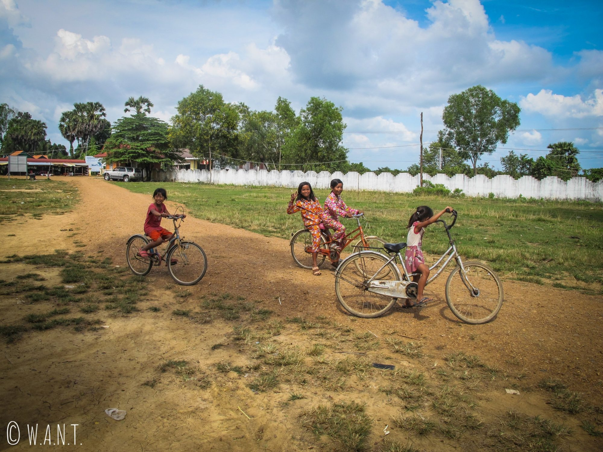 Fillettes et leurs vélos à Kampi près de Kratie
