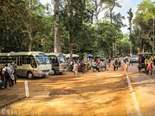 Foule de gens et nombreux bus devant le temple Bayon à Angkor