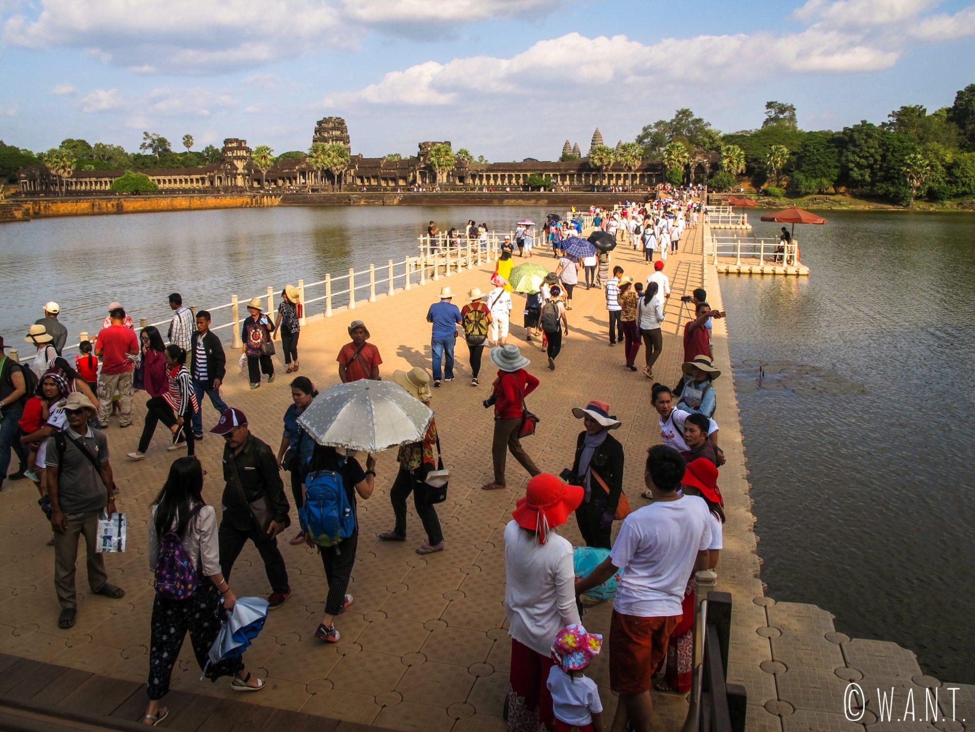 Foule sur le pont permettant l'accès à Angkor Wat
