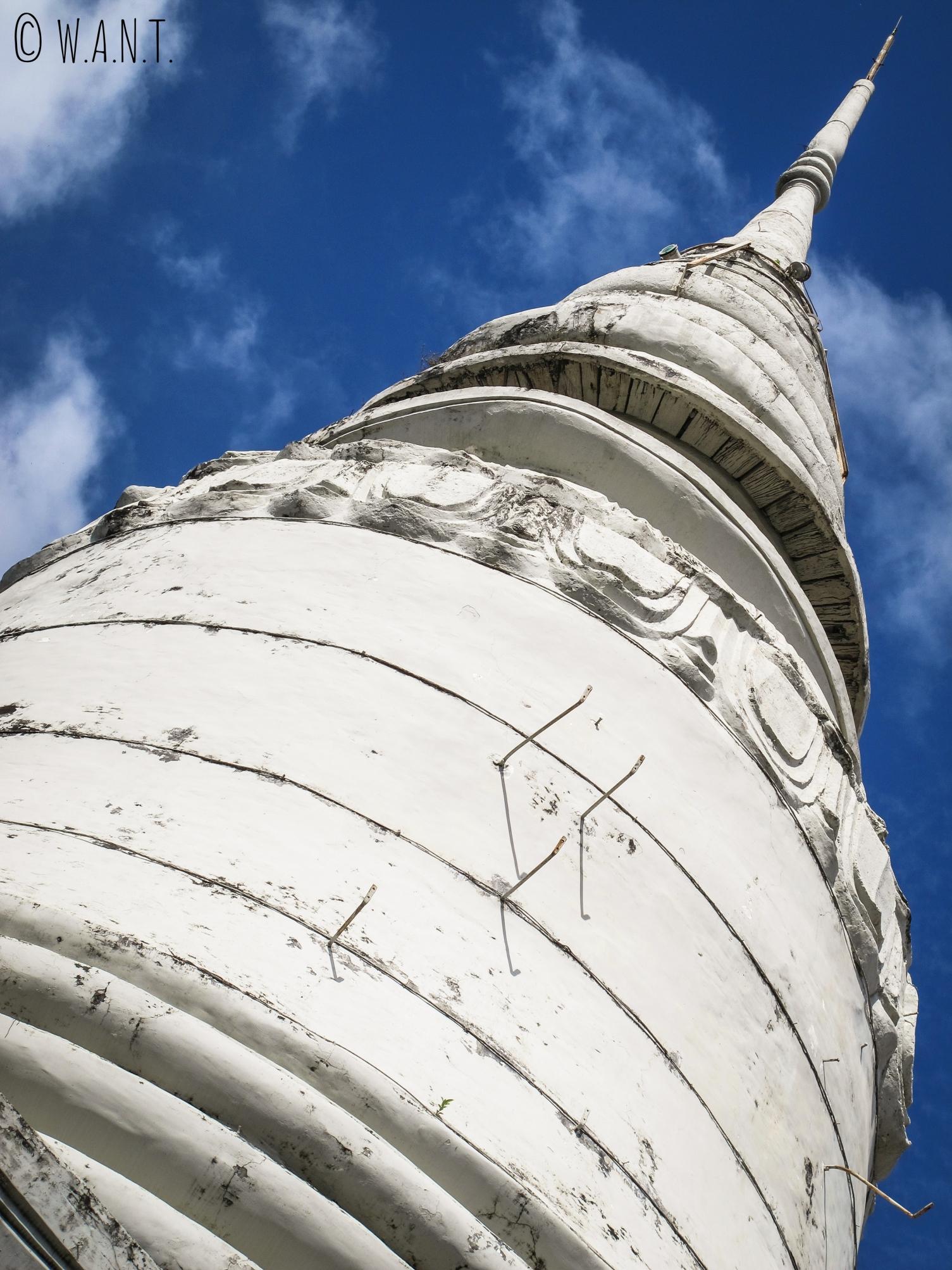 Gros plan sur le stupa blanc du Wat Phnom de Phnom Penh