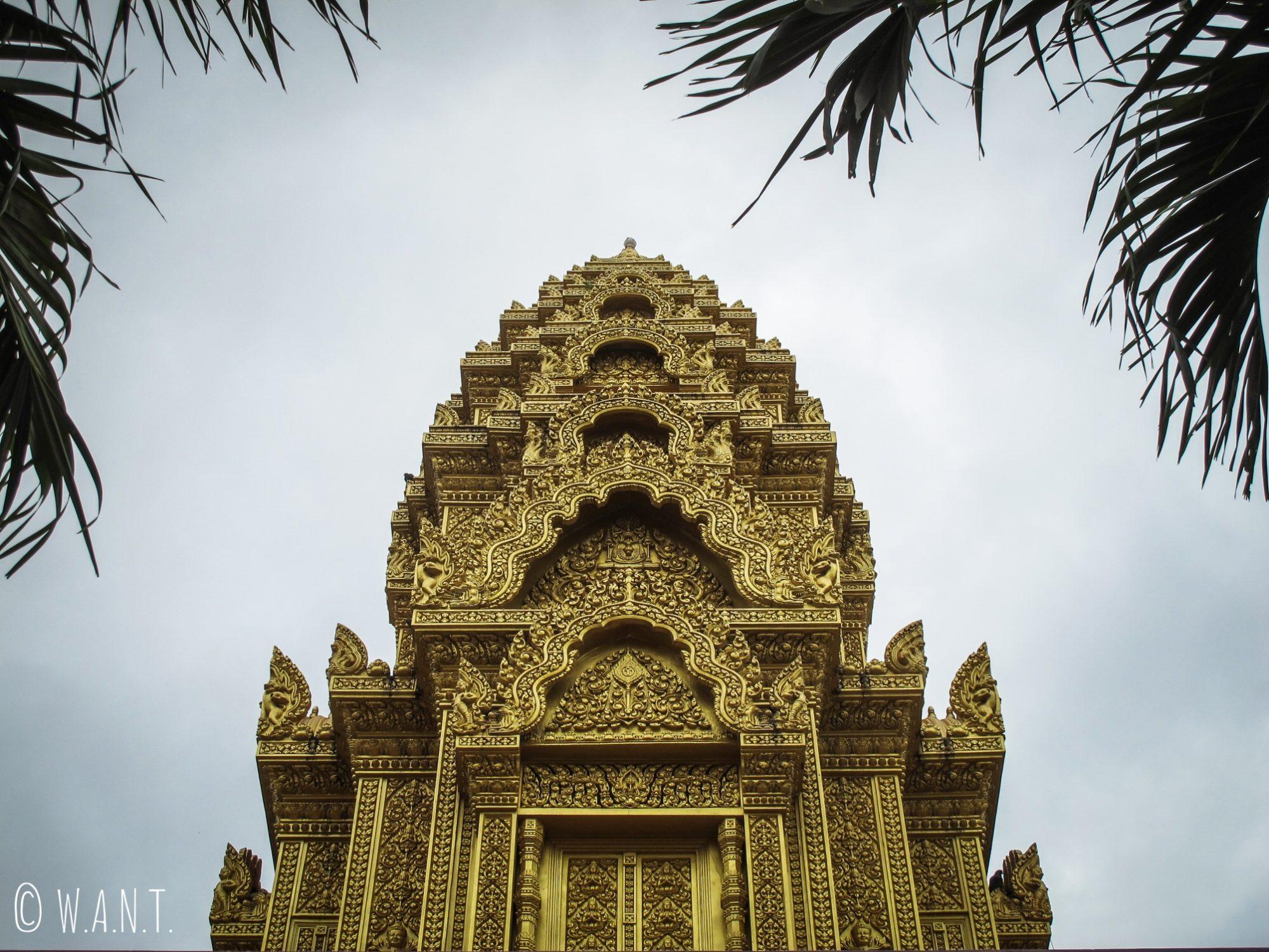 Gros plan sur l'un des stupas dorés du Wat Ounalom de Phnom Penh