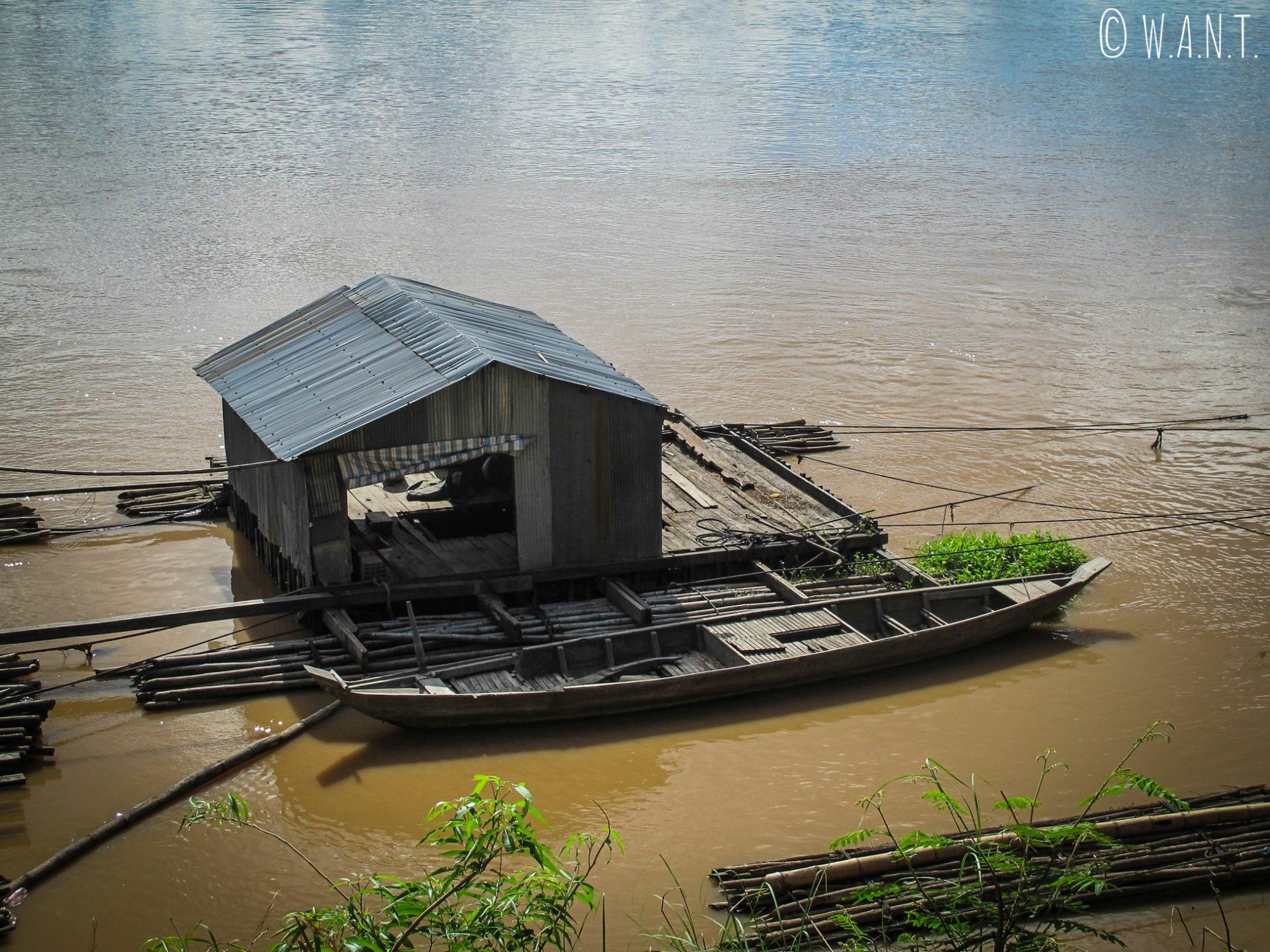 Gros plan sur l'une des habitations du village flottant de Koh Trong