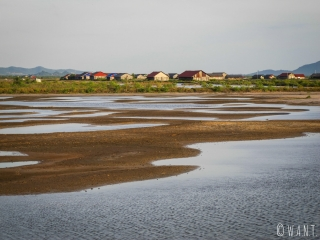 Hangars dans les marais salants de Kampot