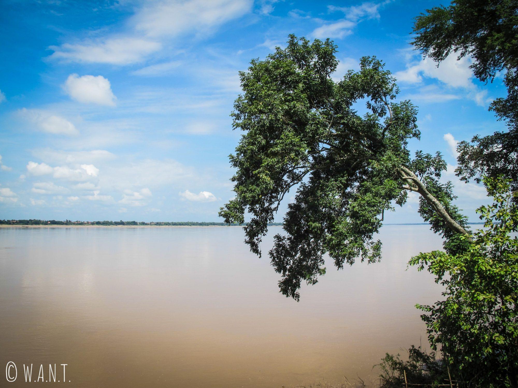 Immensité du Mékong depuis la rive de Kratie