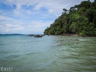 La première partie du chemin pour rejoindre Clear Water Bay est immergé à Koh Rong Sanloem