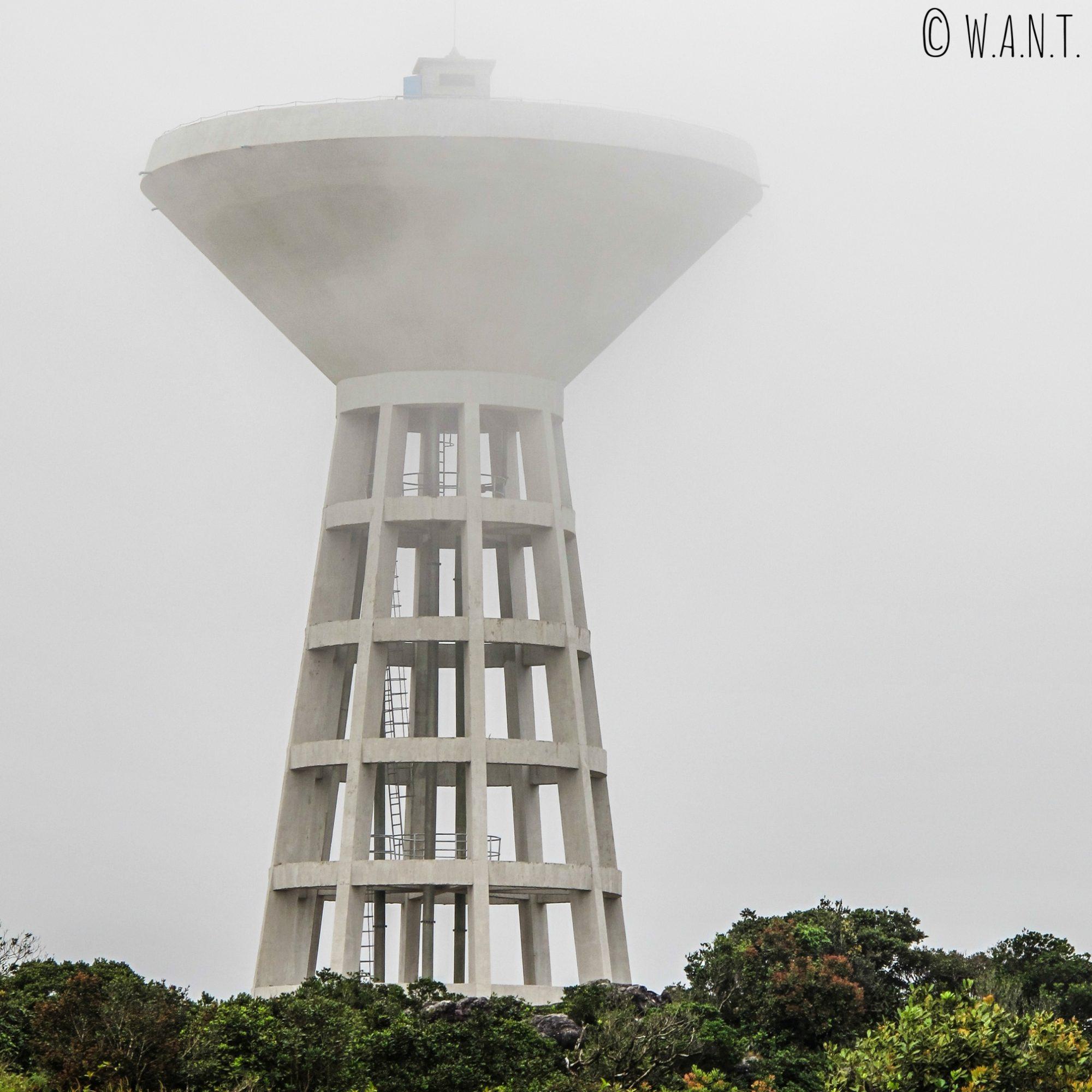 Le château d'eau de Bokor Hill Station a la tête dans les nuages, au Parc national de Bokor