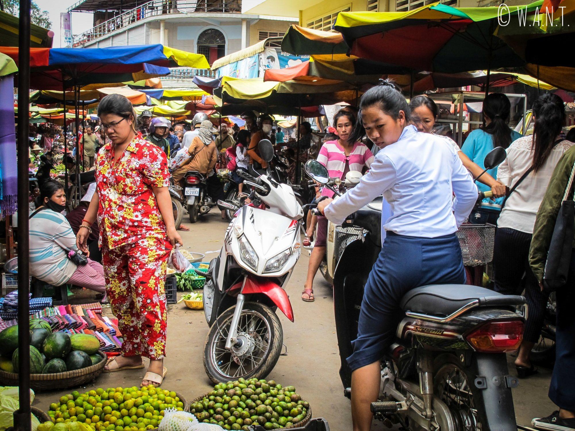 Les cambodgiens viennent faire leurs emplettes en scooter sur le marché de Kratie