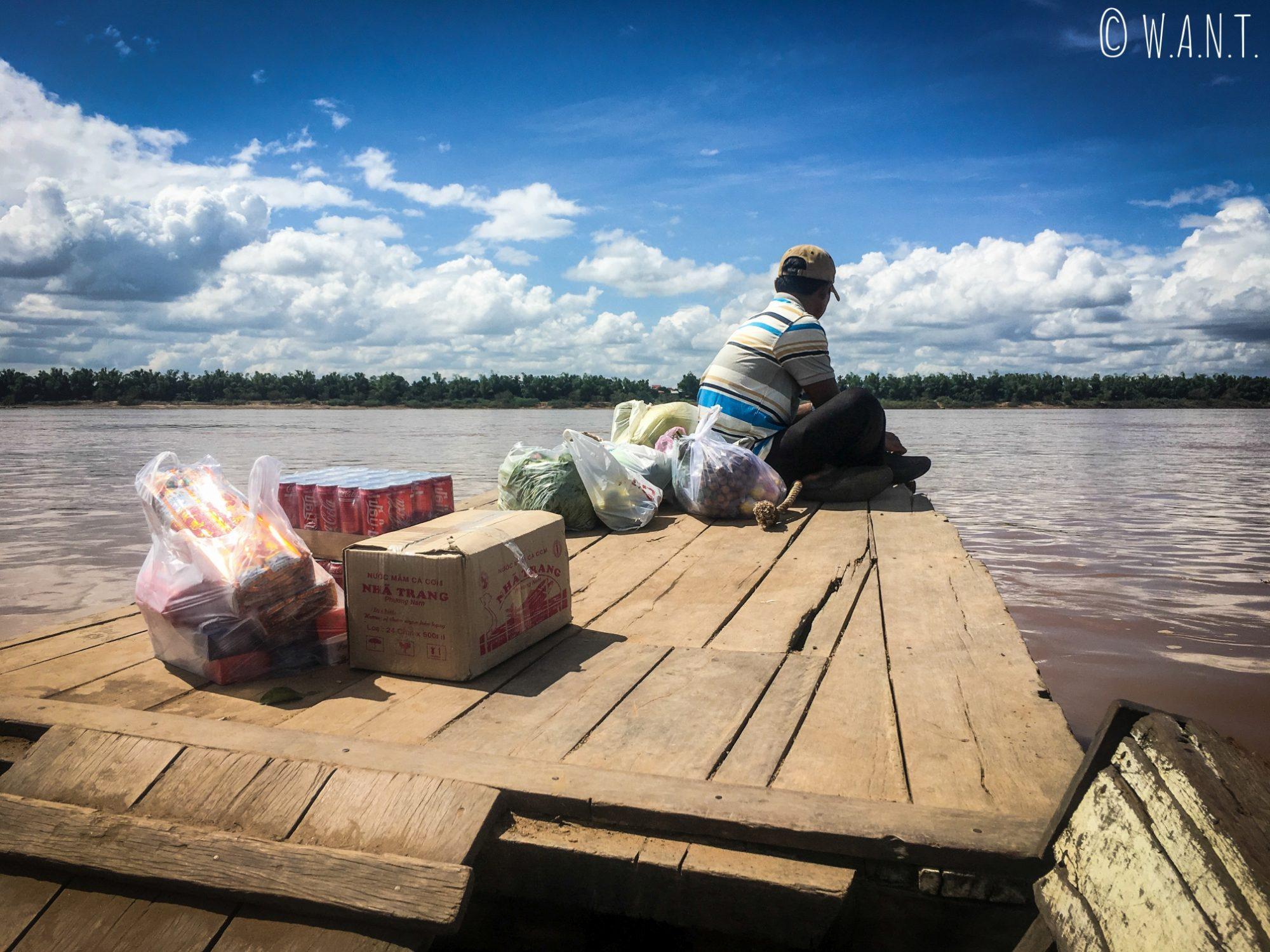 Les habitants de Koh Trong rapportent leurs marchandises achetées au marché de Kratie par le ferry
