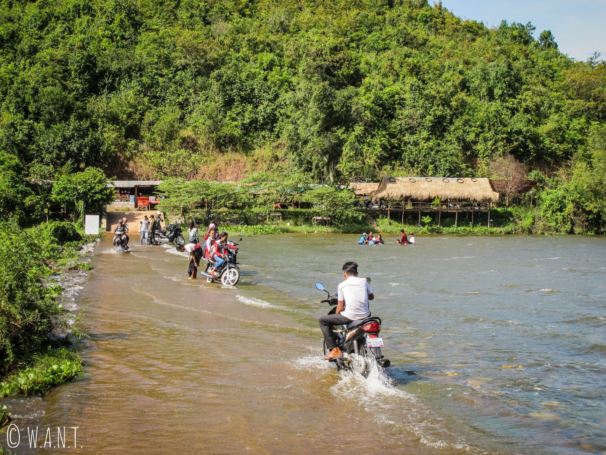 Les locaux viennent se baigner et laver leur scooter au Secret Lake près de Kampot