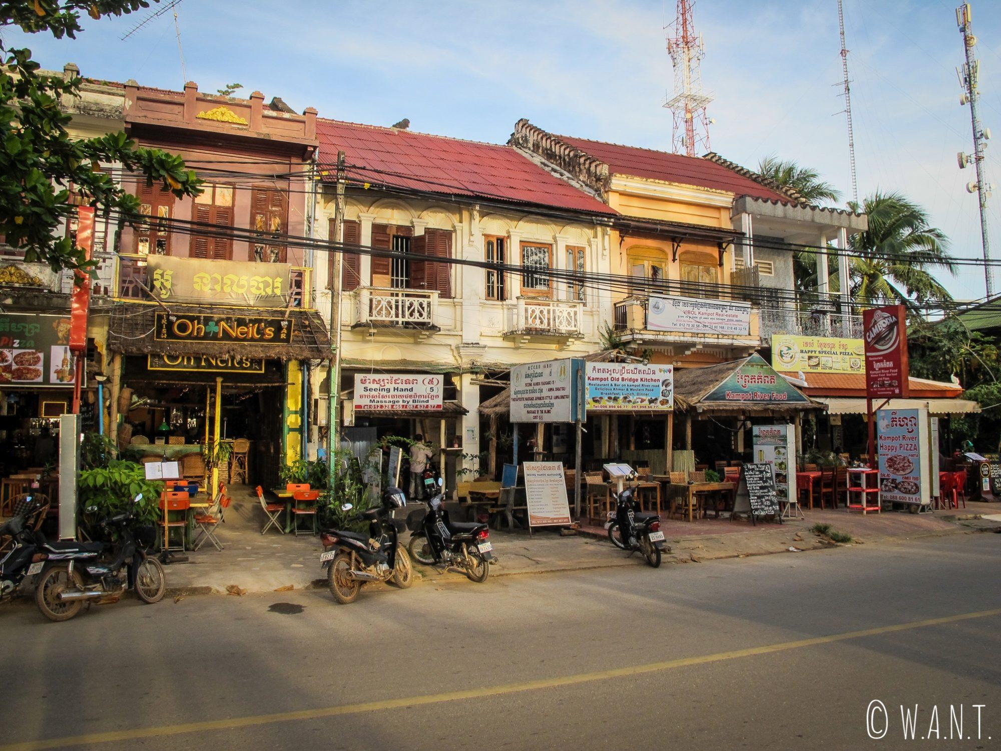 Les restaurants sont nombreux dans les rues de Kampot