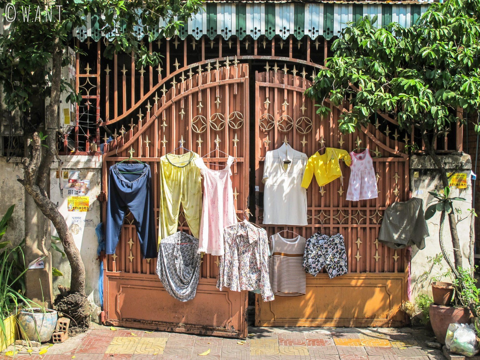 Linge en train de sécher au soleil dans les rues de Phnom Penh