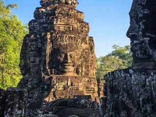 Lumière matinale sur les visages du temple Bayon à Angkor