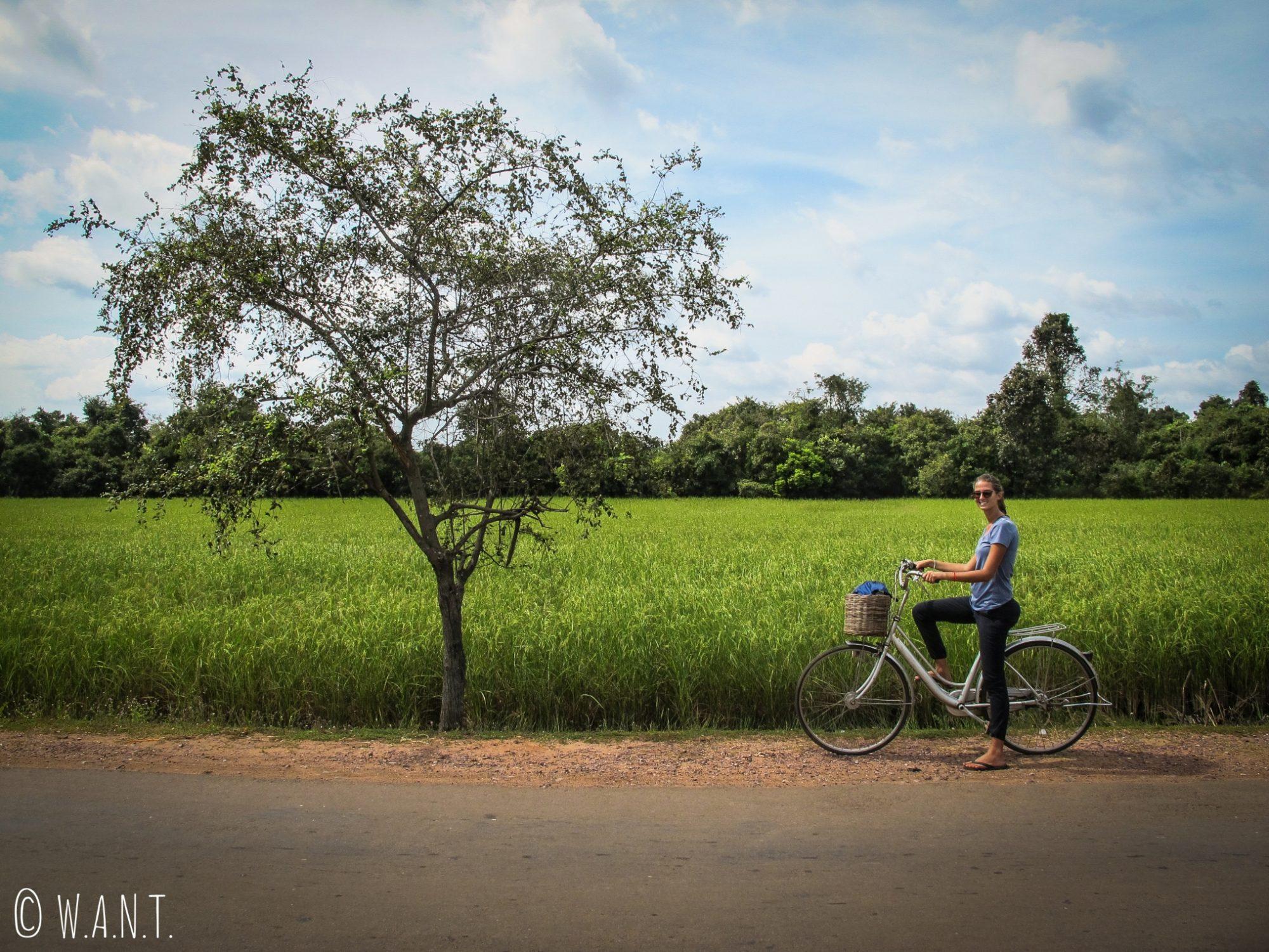 Marion sur son vélo pour visiter le site archéologique d'Angkor