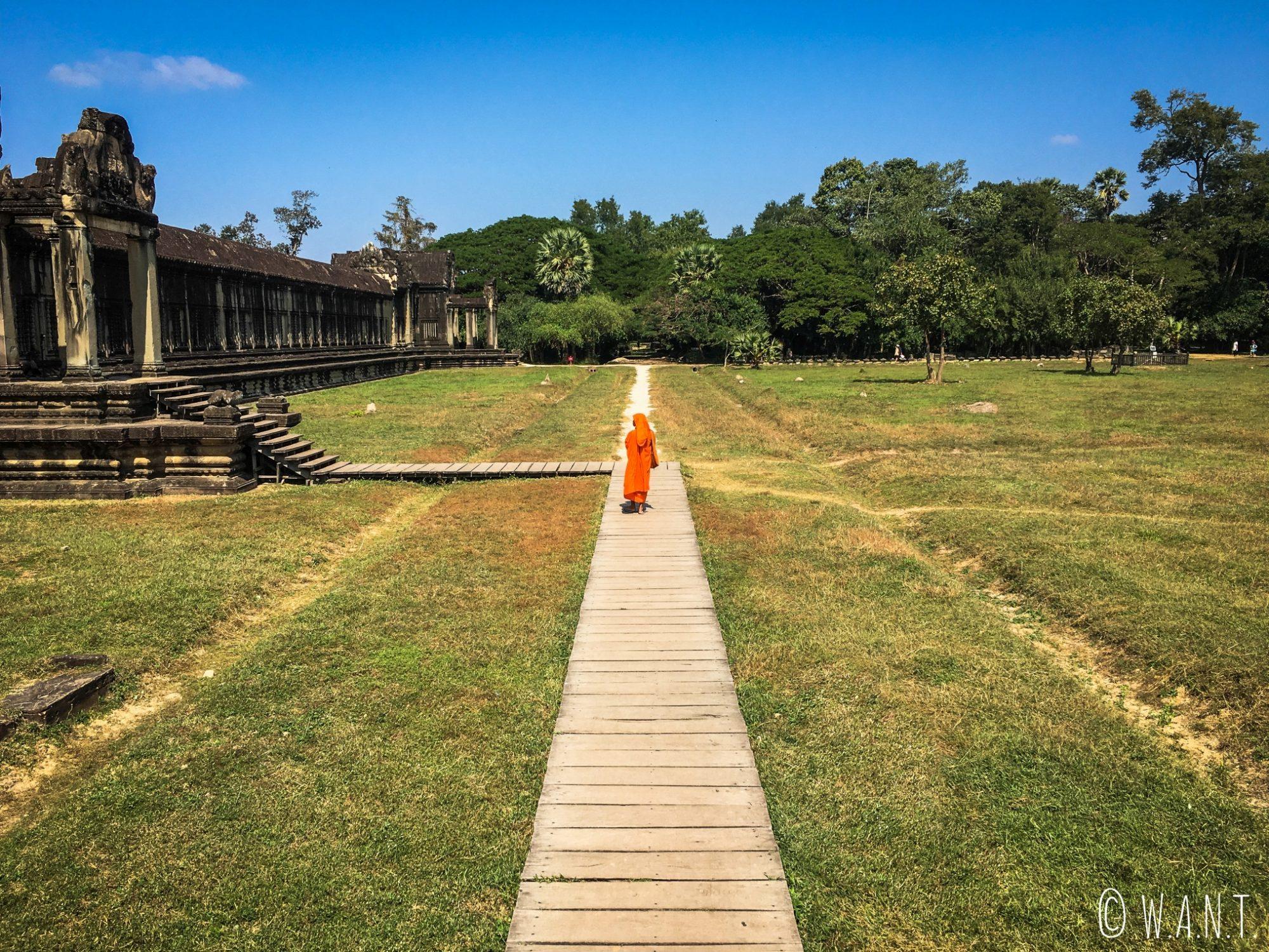 Moine dans les jardins d'Angkor Wat à Siem Reap
