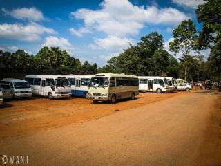 Nombreux bus devant l'entrée du temple Ta Phrom à Angkor