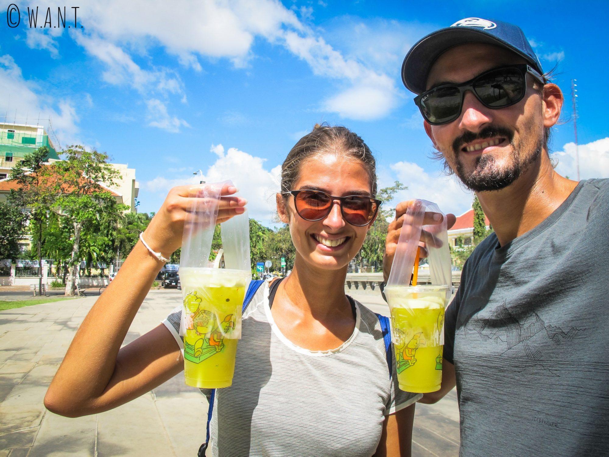 Nous sommes heureux de déguster des jus de canne à sucre dans les rues de Phnom Penh