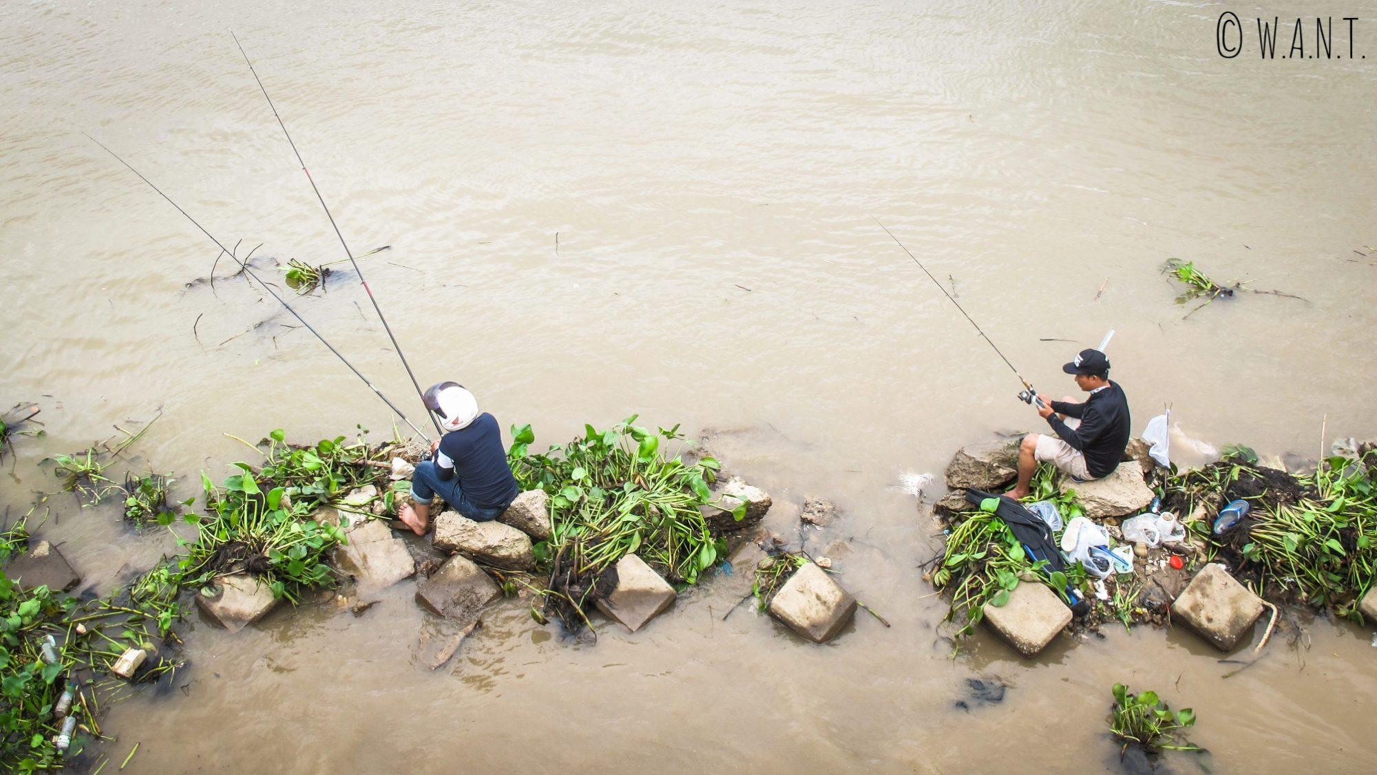 Pêcheurs dans les eaux du Mékong à Phnom Penh