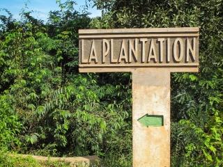 Panneau indiquant la direction de La Plantation de poivre de Kampot que nous avons visitée
