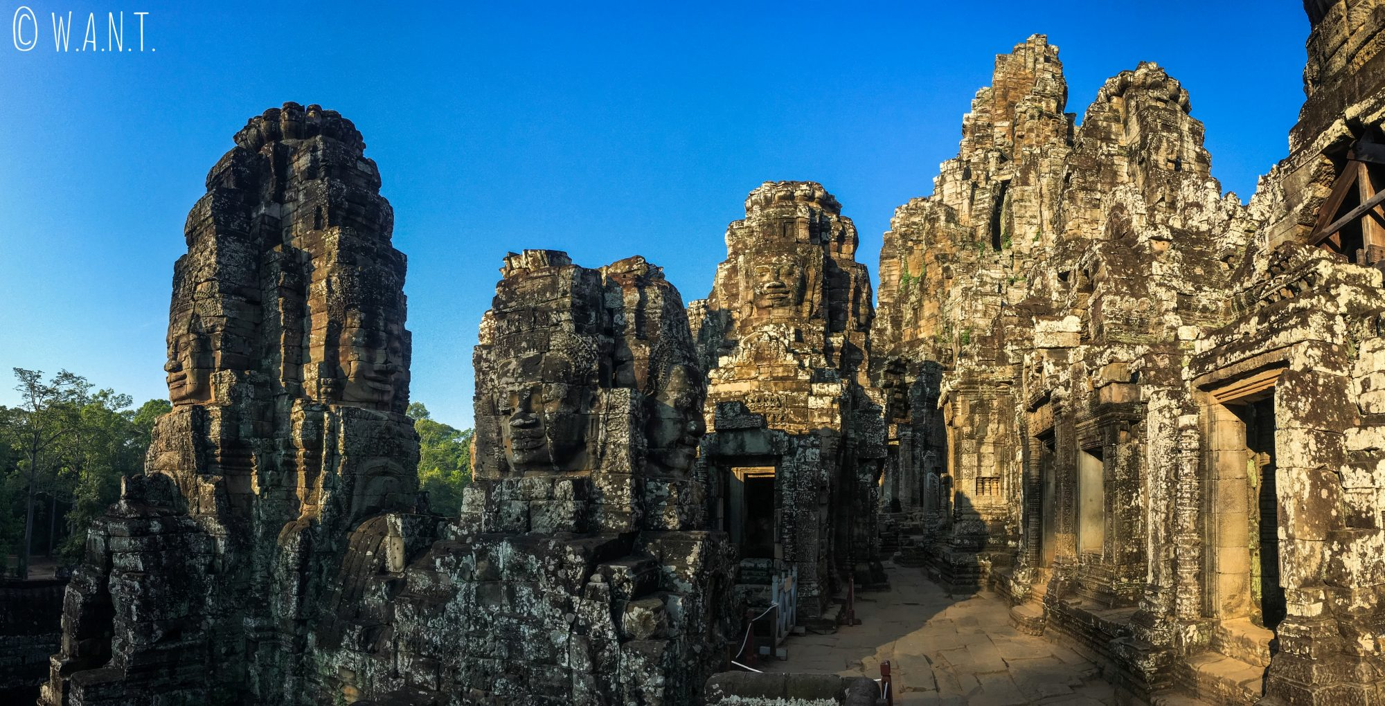 Panorama à l'intérieur du temple Bayon dans l'enceinte d'Angkor Thom