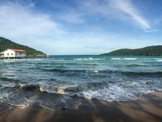 Panorama de M'Pai Bay à Koh Rong Sanloem depuis la plage