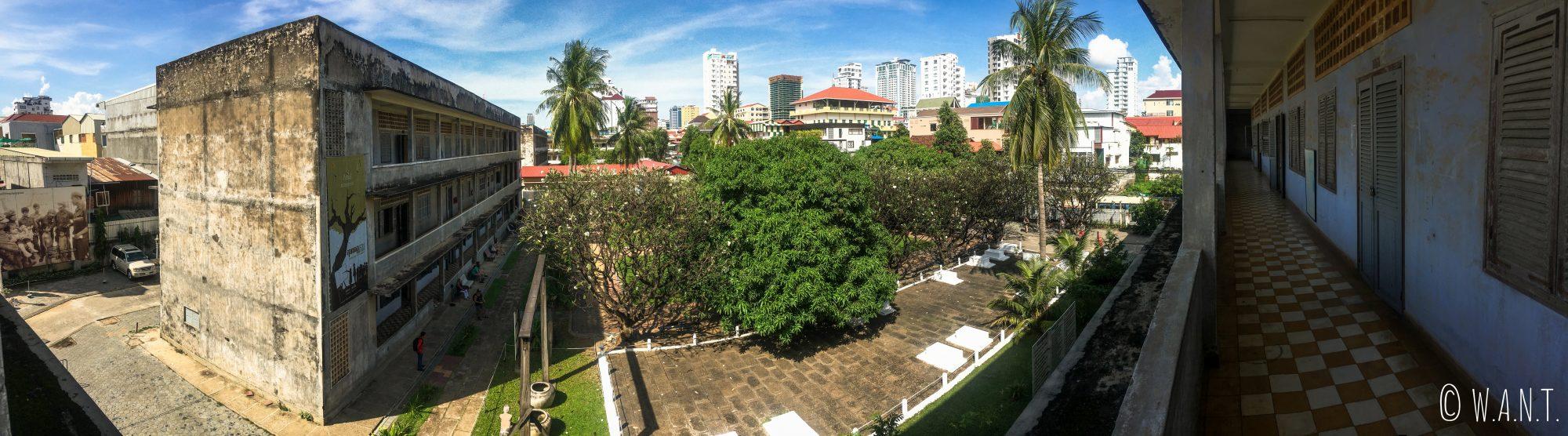 Panorama depuis l'un des couloirs extérieurs de S-21 à Phnom Penh