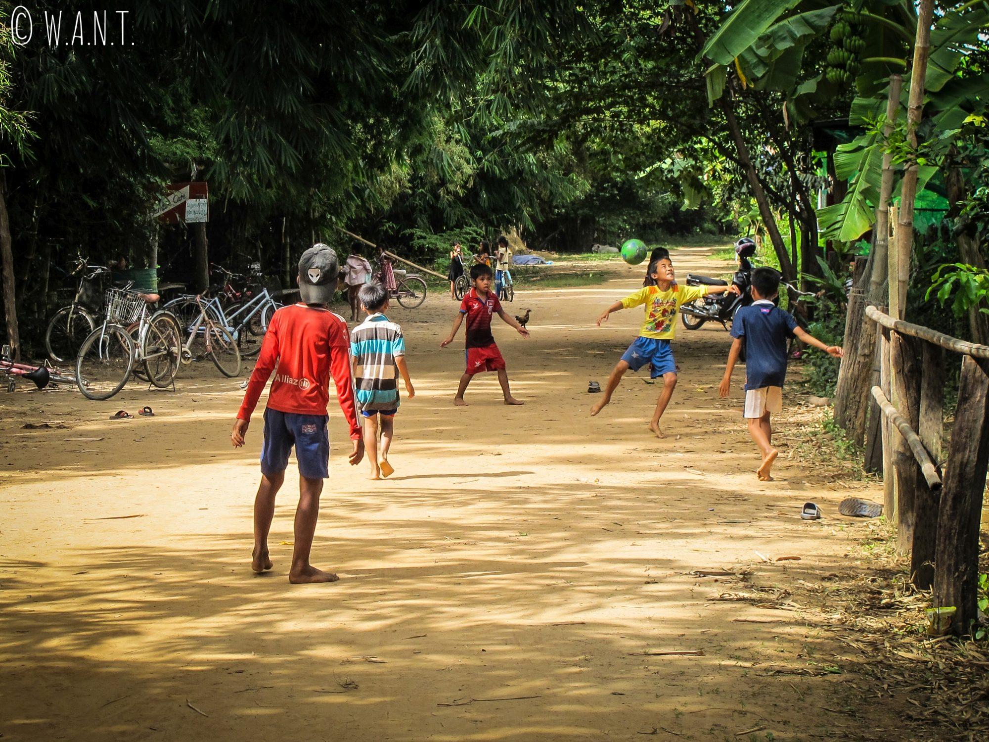 Partie de foot sur l'île de Koh Trong