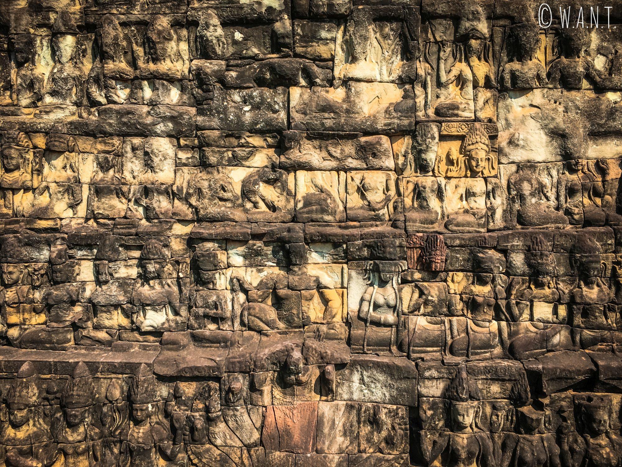Pierres sculptées dans l'enceinte d'Angkor Thom