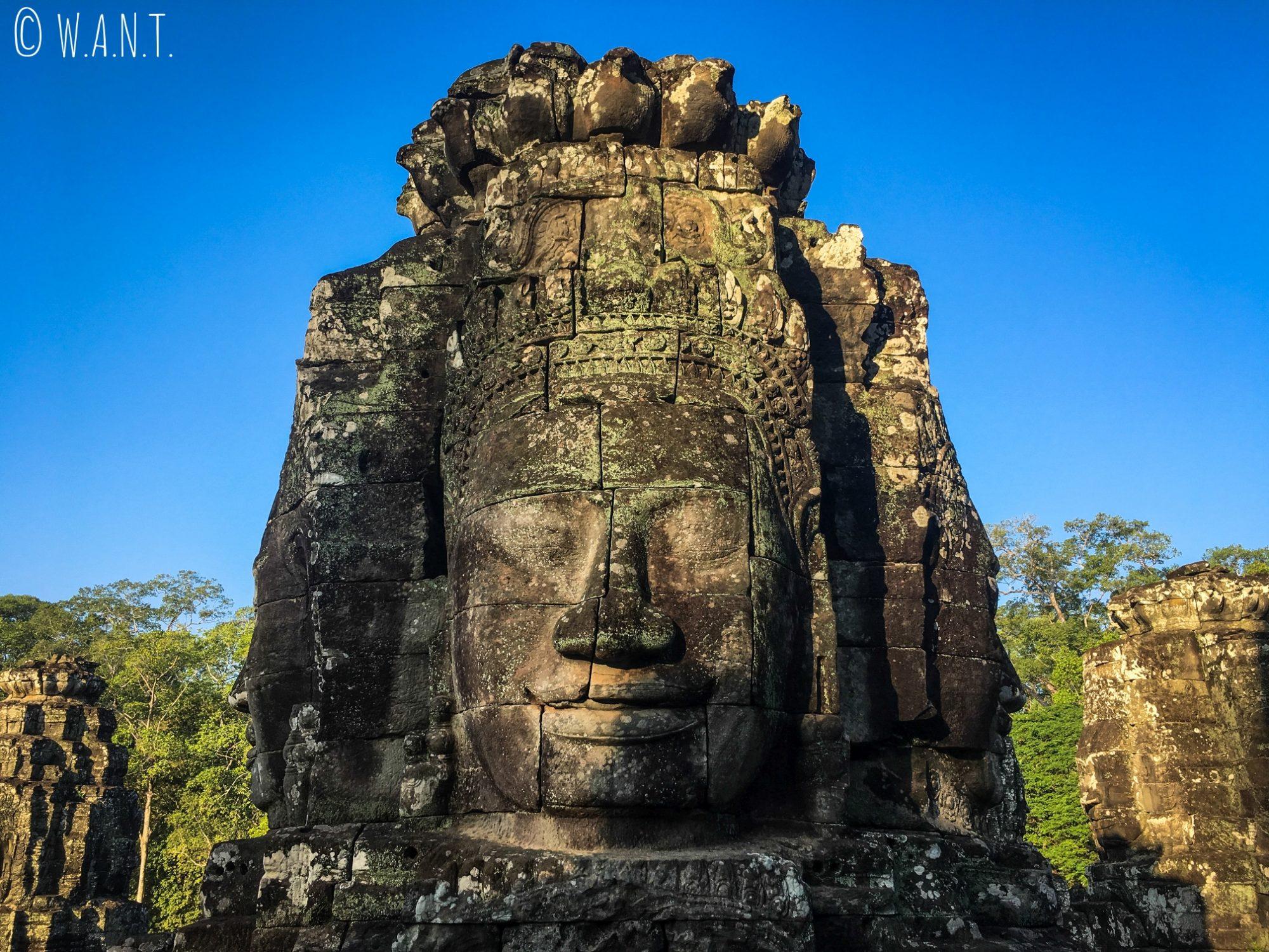 Rayon du soleil sur les visages du temple Bayon à Angkor