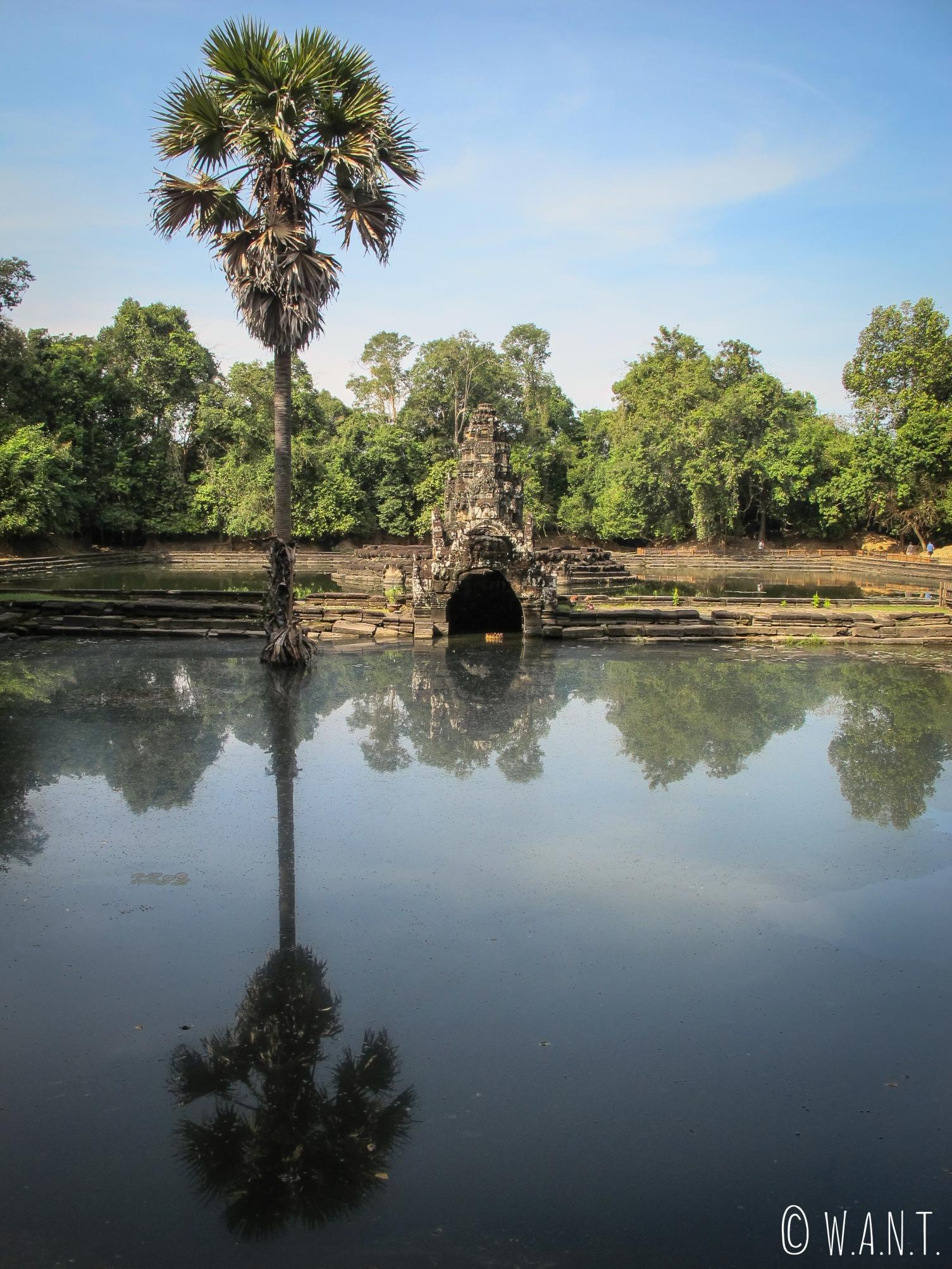 Reflet dans l'eau au temple Neak Pean à Angkor