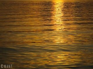 Reflet du soleil sur la mer au coucher de soleil à Kep