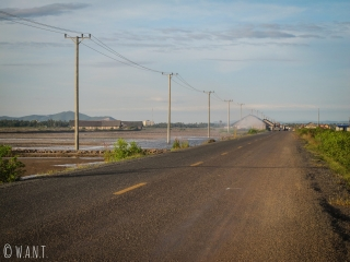 Route à travers les marais salants de Kampot