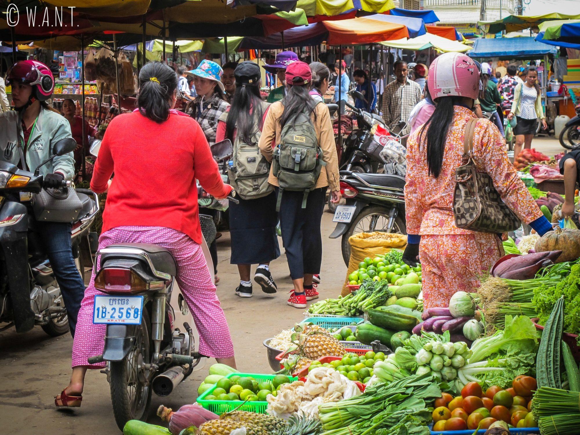 Rue bondée au marché de Kratie