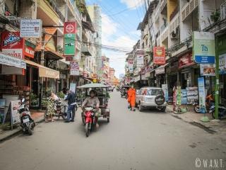 Rue de guesthouses et de restaurants à Phnom Penh