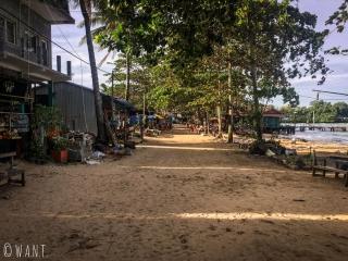 Rue principale de M'Pai Bay sur Koh Rong Sanloem