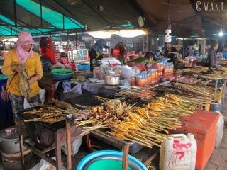 Stand de brochettes de poisson sur le marché aux crabes de Kep