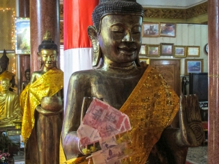 Statue de Bouddha à l'intérieur du Wat Ounalom de Phnom Penh