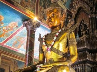 Statue dorée de Bouddha à l'intérieur du Wat Phnom de Phnom Penh
