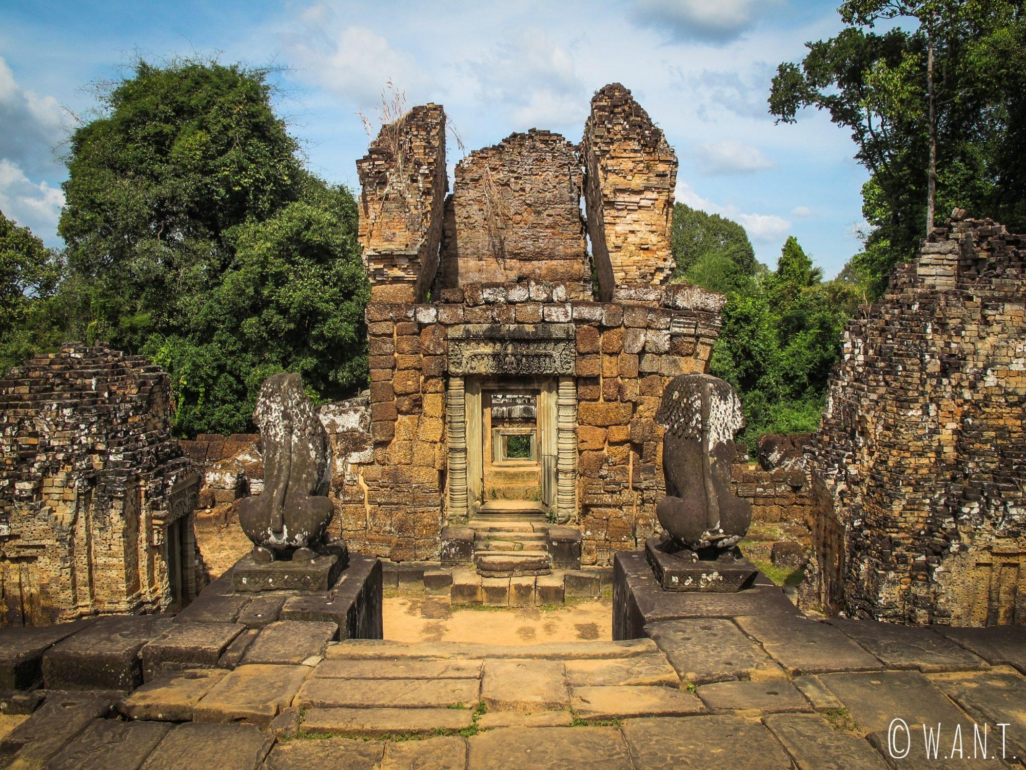 Statues, porte et tour du temple East Mebon à Angkor